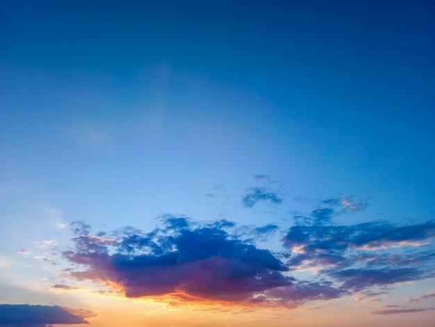 Cielo bellissimo sfondo tramonto nel tempo crepuscolare, scena colorata, incredibile immagine del paesaggio naturale