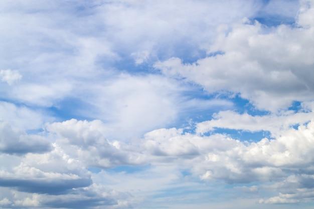 Cielo blu che splende attraverso le nuvole