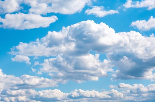 Cielo blu con il fondo della natura delle nuvole bianche