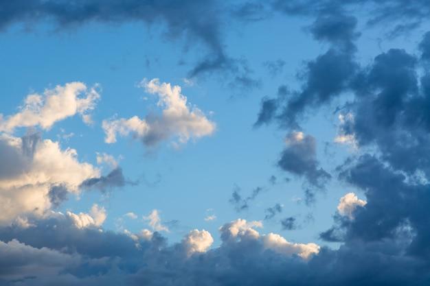 Cielo blu con l'immagine delle nuvole come fondo durante il tempo di tramonto