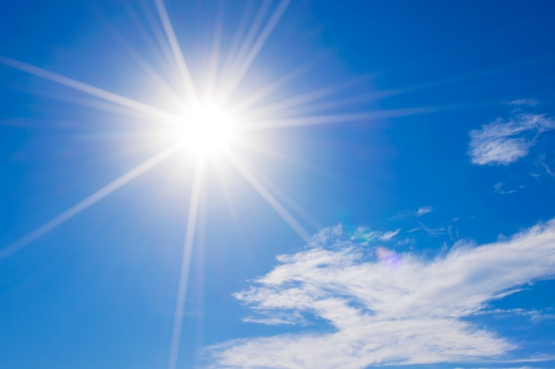 Cielo blu con le nuvole e la riflessione del sole il sole splende luminoso di giorno di estate