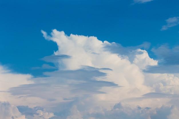 Cielo blu con nuvole bianche chimiriche di varie forme