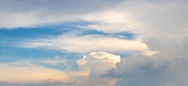 Cielo blu con nuvole bianche di forme diverse durante il tramonto