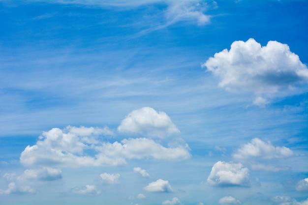 Cielo blu con nuvole in estate - sfondo