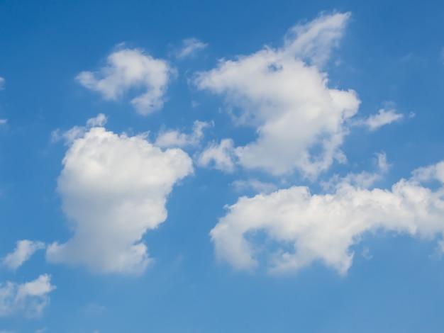 Cielo blu con nuvole in una giornata di sole
