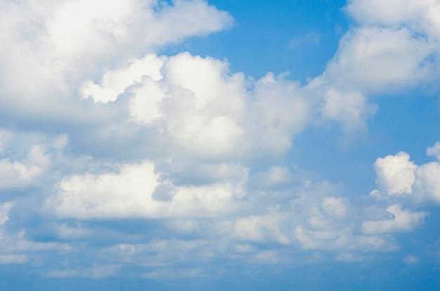Cielo blu con sfondo sfocato modello