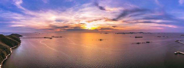 Cielo blu del paesaggio di penombra di panorama la cima aerea dell'olio della montagna e della stazione marittima di trasporto