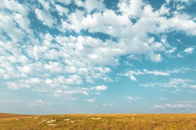 Cielo blu e bella nuvola. sfondo paesaggio semplice