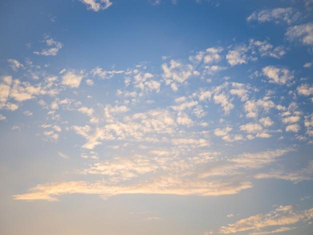 Cielo blu e nuvole in inverno al mattino