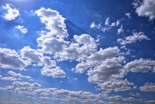 Cielo blu in nuvole bianche