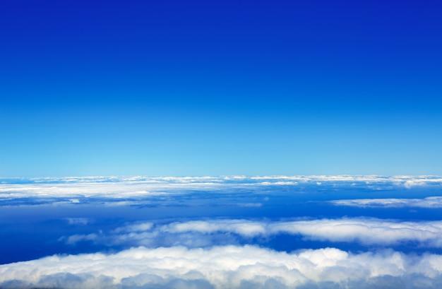 Cielo blu mare di nuvole da alta quota