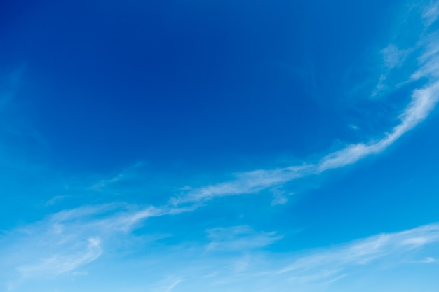 Cielo blu, nuvole nel cielo