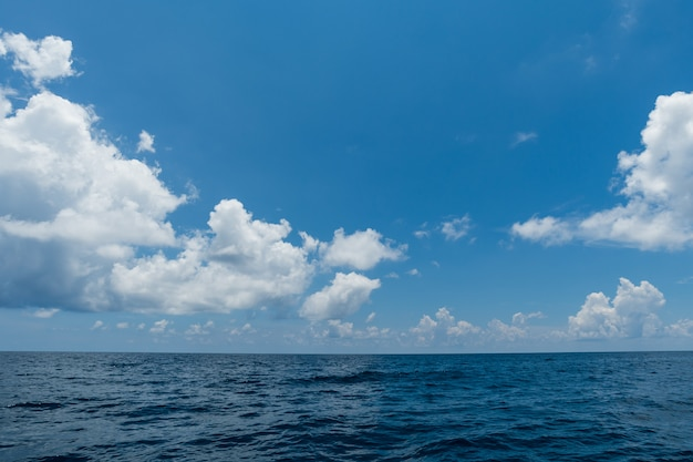 Cielo blu perfetto e acqua della priorità bassa dell'oceano