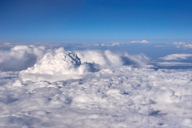 Cielo blu sopra le nuvole dalla finestra dell'aeroplano