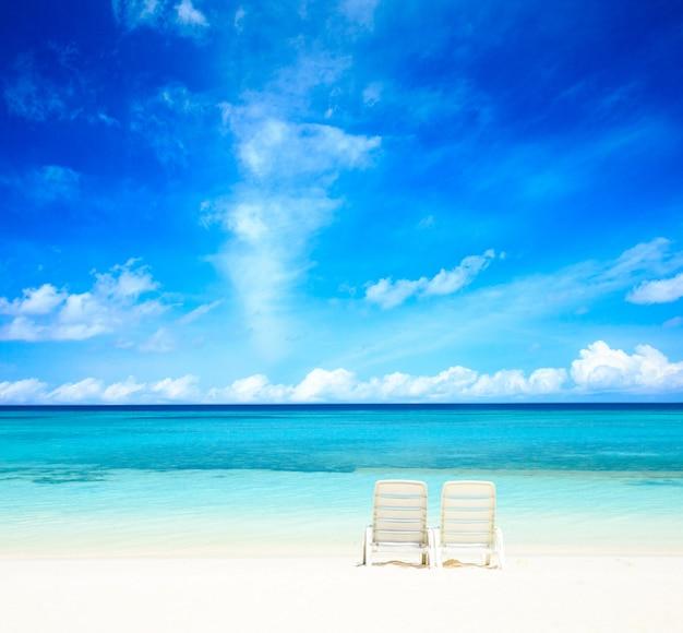 Cielo blu sulla spiaggia, maldive