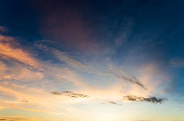 Cielo colorato con nuvole al tramonto