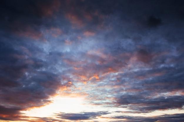 Cielo colorato con sfondo sole in montagna. tramonto alba