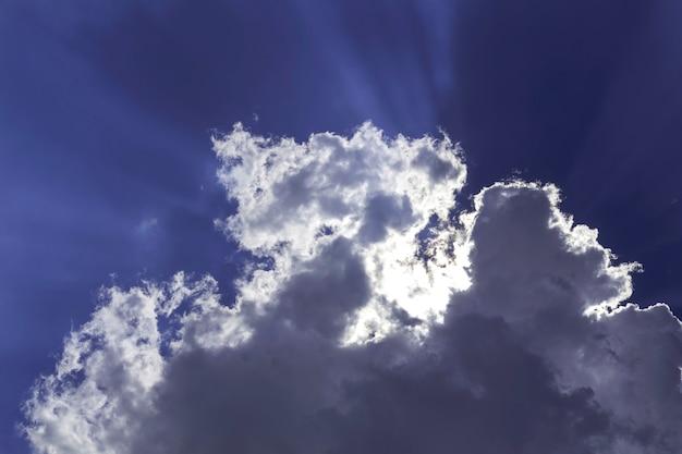 Cielo con nuvole e il sole splende un bel cielo fascio