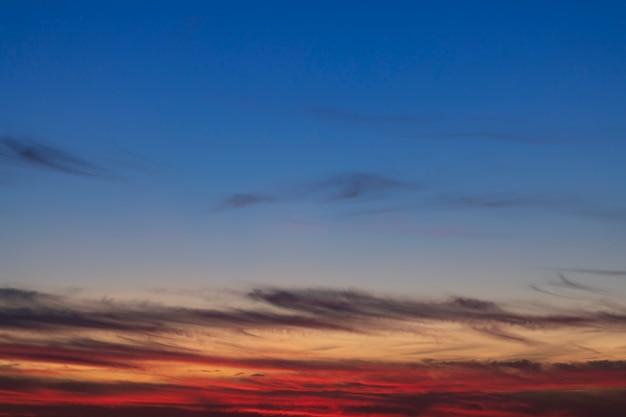 Cielo cristallino con piccole nuvole