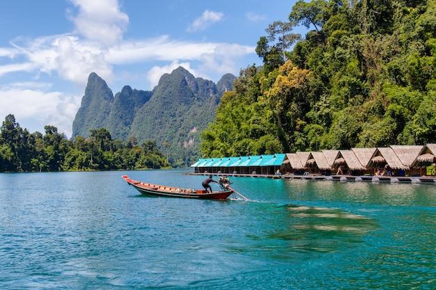 Cielo del fiume del lago delle belle montagne e attrazioni naturali in diga di ratchaprapha al parco nazionale di khao sok