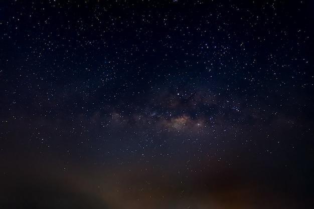 Cielo del fondo della via lattea alla notte