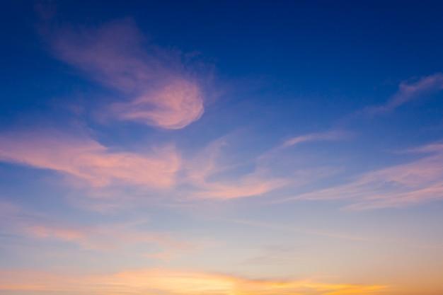 Cielo del tramonto la sera al crepuscolo con maestosa luce solare.