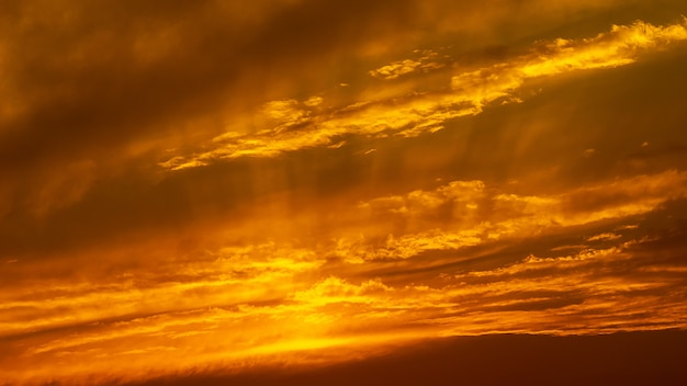 Cielo di ora dorata di panorama e fondo della natura della nuvola