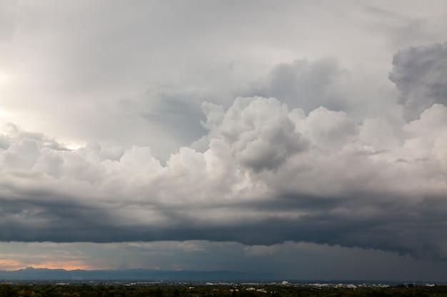 Cielo di tempesta di sole nuvole di pioggia