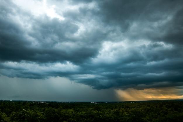 Cielo di temporale. nuvole di pioggia