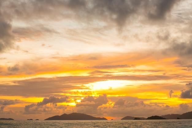 Cielo drammatico al tramonto alle hawaii