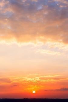 Cielo drammatico colorato con nuvola al tramonto