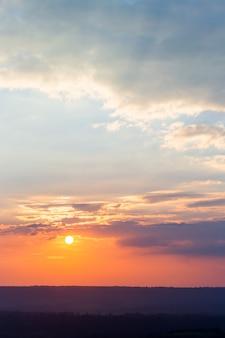 Cielo drammatico colorato con nuvole al tramonto