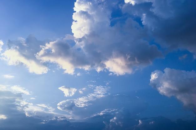 Cielo drammatico con nuvole prima della pioggia.