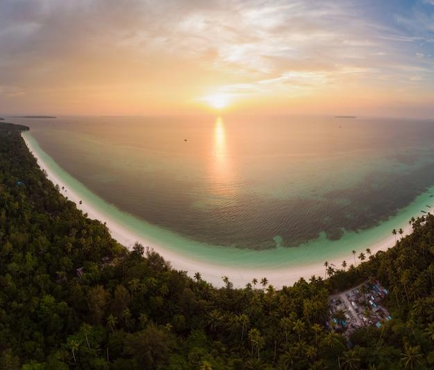 Cielo drammatico del mare caraibico della scogliera dell'isola della spiaggia tropicale di vista aerea all'alba di tramonto. indonesia, arcipelago delle molucche, isole kei, mare di banda. la migliore destinazione di viaggio, snorkeling per immersioni