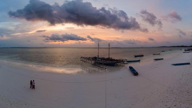 Cielo drammatico dell'isola tropicale della spiaggia all'alba di tramonto