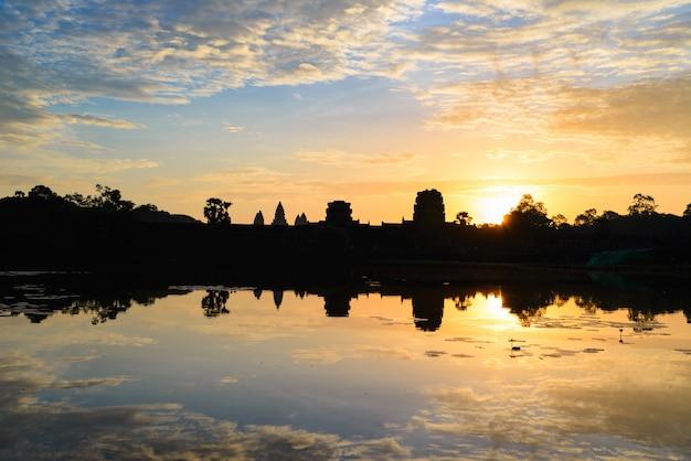 Cielo drammatico di angkor wat alla riflessione della siluetta della facciata principale di alba sullo stagno