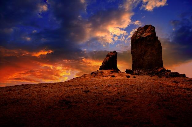 Cielo drammatico di tramonto di gran canaria roque nublo
