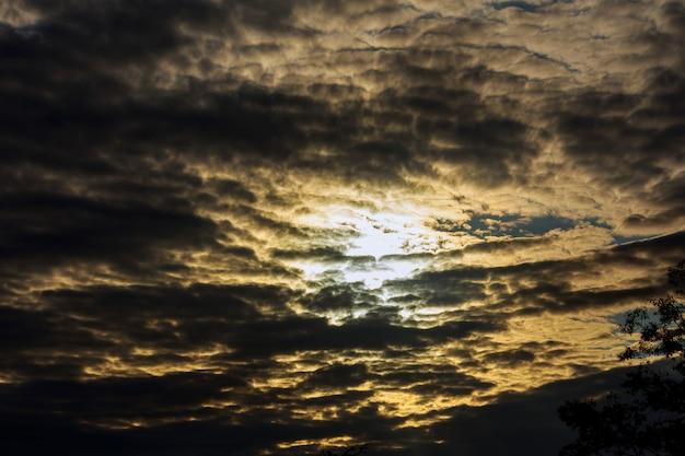 Cielo drammatico tramonto e alba.