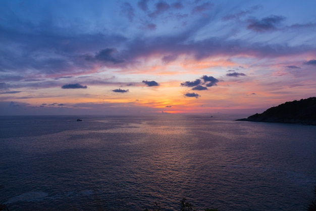 Cielo drammatico variopinto con la nuvola al tramonto o al tempo crepuscolare. scuro con il fondo del sole al capo di promthep