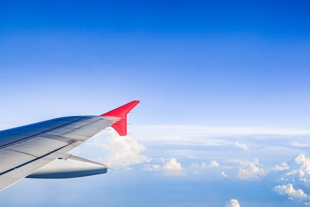 Cielo e nuvole attraverso il finestrino di un aereo