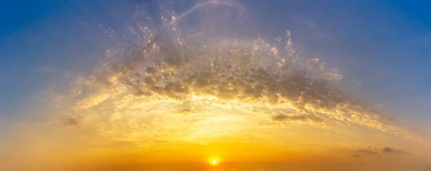 Cielo e nuvole dorati di ora con alba, natura di panorama
