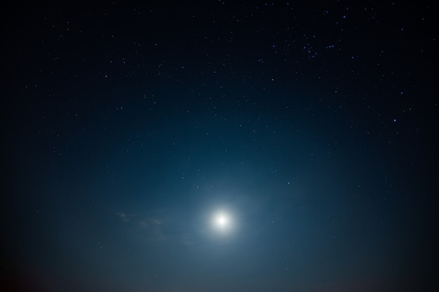 Cielo e stelle, nuvole, luce della luna durante la notte