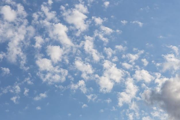 Cielo estivo blu con nuvole
