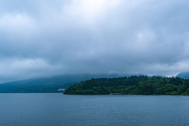 Cielo lunatico e pioggia di nuvole stanno arrivando, lago ashi