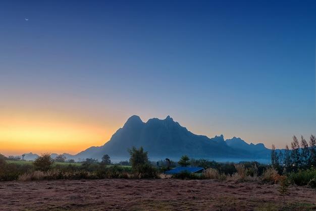 Cielo meraviglioso e bello tra le montagne nebbiose prima dell'alba