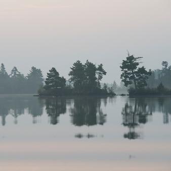 Cielo nebbioso su lake of the woods, ontario