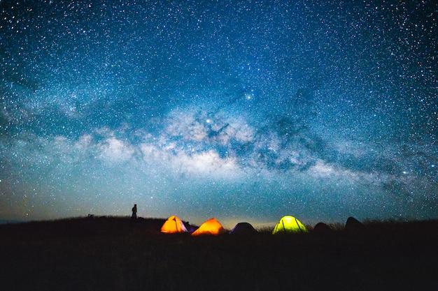 Cielo notturno blu scuro con con stella via lattea spazio sfondo