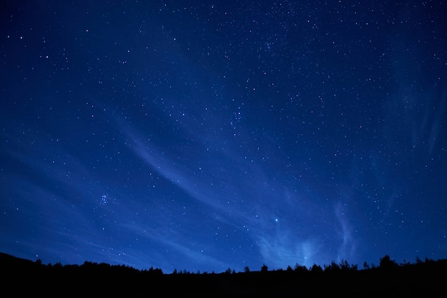 Cielo notturno blu scuro con molte stelle. sfondo dello spazio