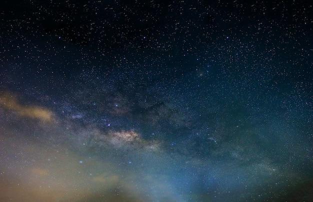 Cielo notturno galassia della via lattea con stelle e polvere spaziale nell'universo