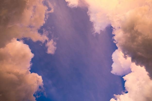 Cielo nuvola d'oro con blu meraviglioso